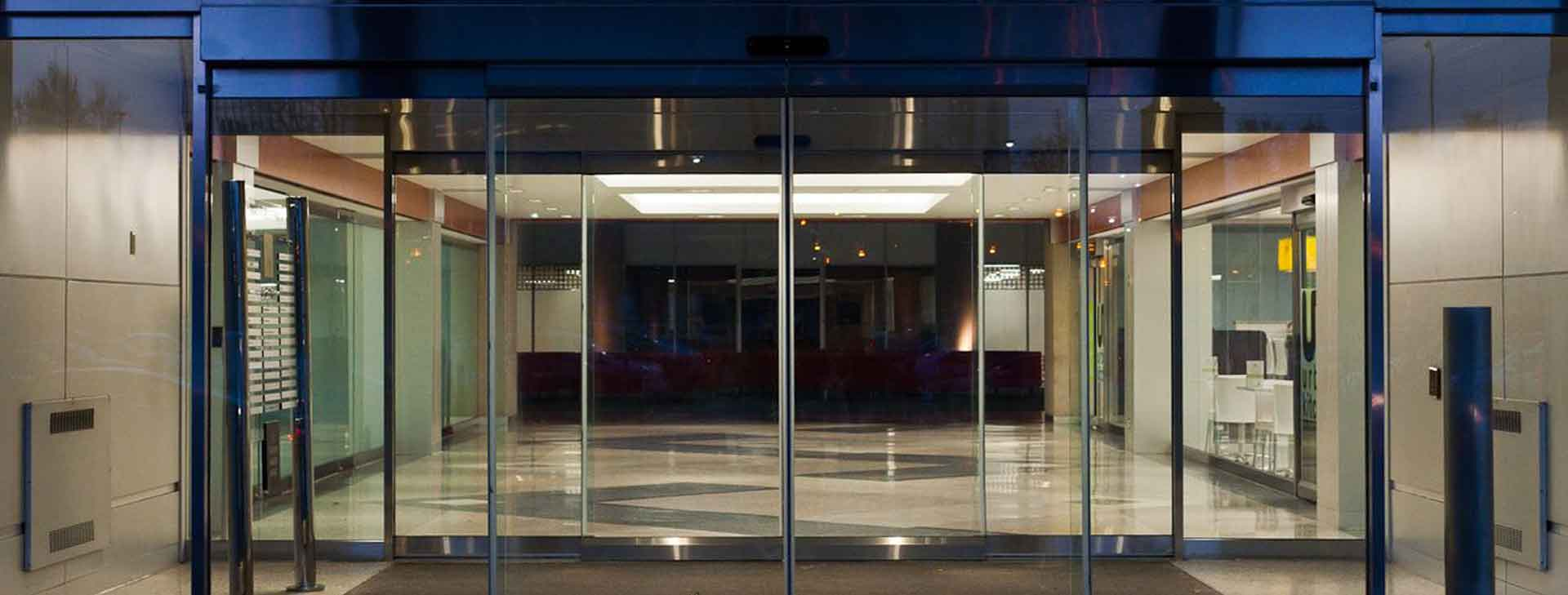 5 advantages of automatic glass doors in commercial spaces for Office glass door entrance designs