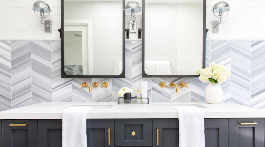 Bathroom with a chrome metal finish